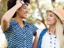 Deux amies de femmes en parc Images stock