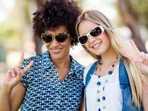 Deux amies de femmes en parc Image libre de droits