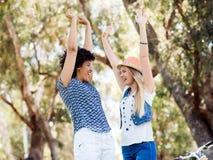 Deux amies de femmes en parc Photo stock