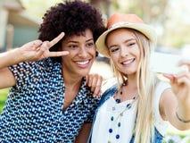 Deux amies de femmes en parc Images libres de droits