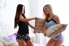 Deux amies de femmes sur le divan pendant Photos stock