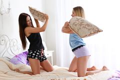 Deux amies de femmes sur le divan pendant Photographie stock