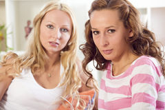 Deux amies de femmes sur le sofa à la maison Images stock