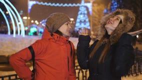 Deux amies de filles ayant l'amusement aux vacances de Noël banque de vidéos