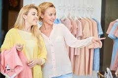 Deux amies de filles dans le magasin de vêtements Photo stock