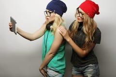 Deux amies de hippie prenant le selfie Images libres de droits
