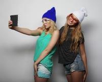Deux amies de hippie prenant le selfie Image libre de droits
