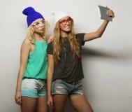 Deux amies de hippie prenant le selfie Photographie stock libre de droits