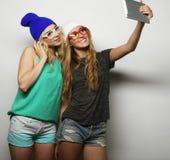 Deux amies de hippie prenant le selfie Images stock