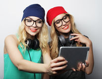 Deux amies de hippie prenant le selfie Photos stock