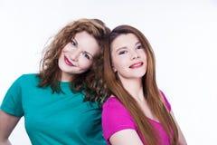Deux amies de jeunes femmes Images stock