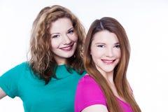 Deux amies de jeunes femmes Images libres de droits