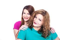 Deux amies de jeunes femmes Image stock