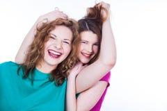 Deux amies de jeunes femmes Photographie stock