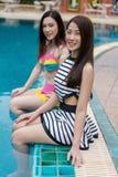 Deux amies de jeunes femmes apprécient dans la piscine Photographie stock