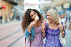 Deux amies de l'adolescence de femme Images stock