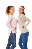 Deux amies de la jeune femme heureuse Image libre de droits