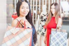 Deux amies de mode faisant des emplettes au mail Photographie stock libre de droits
