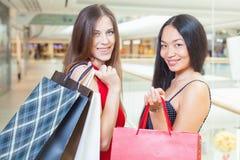 Deux amies de mode faisant des emplettes au mail Photos libres de droits