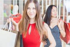 Deux amies de mode faisant des emplettes au mail Photos stock