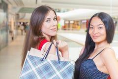 Deux amies de mode faisant des emplettes au mail Photographie stock