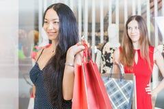 Deux amies de mode faisant des emplettes au mail Photo libre de droits
