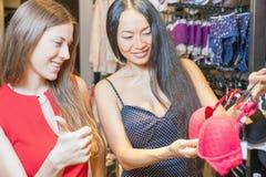 Deux amies de mode faisant des emplettes au mail Image stock