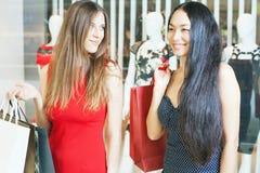 Deux amies de mode faisant des emplettes au mail Images stock