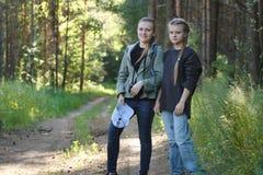 Deux amies de soeurs de filles d'adolescents en parc - été extérieur Photographie stock libre de droits