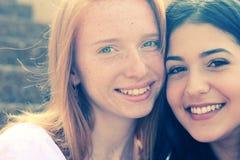 Deux amies de sourire Photographie stock