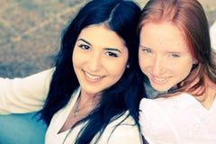Deux amies de sourire Photographie stock libre de droits