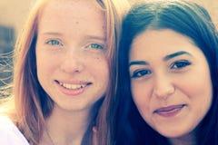 Deux amies de sourire Images libres de droits