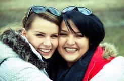 Deux amies de sourire de femme Photo libre de droits