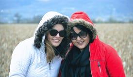 Deux amies de sourire de femme Photos stock
