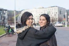Deux amies de sourire de femme dans la rue Photographie stock