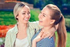 Deux amies de sourire en parc Images stock