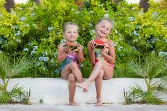 Deux amies drôles avec des pastèques des vacances Photographie stock libre de droits