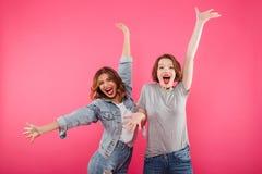 Deux amies enthousiastes émotives de femmes Images stock