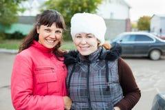 Deux amies féminines restant ensemble Photographie stock libre de droits