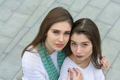 Deux amies font une photo de selfie de haut en bas photo stock