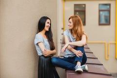 Deux amies gaies dans la rue Photographie stock