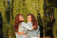 Deux amies heureuses Photo stock