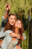Deux amies heureuses Image stock