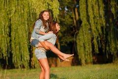 Deux amies heureuses Photographie stock libre de droits