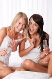 Deux amies heureuses ayant l'amusement ensemble Image libre de droits