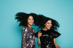 Deux amies heureuses dansant dans le studio Photographie stock
