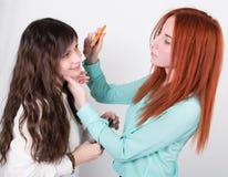 Deux amies heureuses faisant le maquillage entre eux Photo libre de droits
