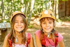 Deux amies heureuses souriant en parc d'aventure Images stock