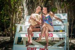 Deux amies heureuses souriant et appréciant sur la plage Images stock