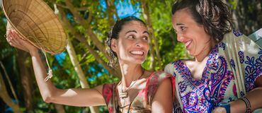 Deux amies heureuses souriant et appréciant sur la plage Image libre de droits